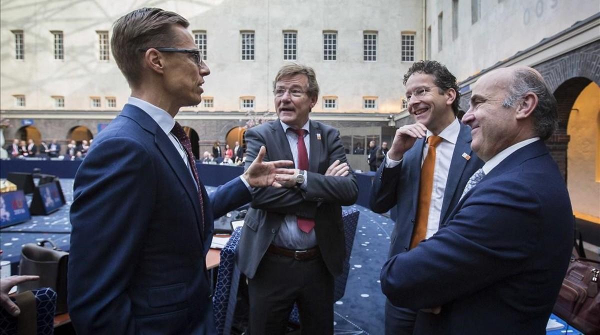 El ministro de Economía español en funciones, Luis de Guindos, el presidente del Eurogrupo, Jeroen Dijsselbloem,el ministro belga de Finanzas John Robert Overtveldt y el ministro finlandés de Finanzas Alexander Stubb durante la reunión del Ecofin en Amsterdam.