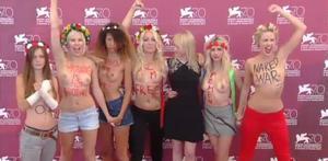 Les activistes de Femen, en 'topless' a l'alfombra vermella de la Mostra de Venècia on presentaven el documental 'Ucraïna no és un bordell'.