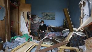 Una mujer este viernes en medio de las ruinas de su casa de Beirut.