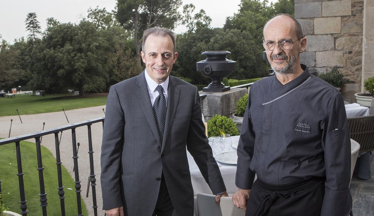 El chef Xavier Sagristà (derecha), con el jefe de sala y sumiller de Castell Peralada Restaurant, Toni Gerez.
