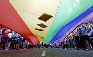 Los decretos reconocen la identidad de género para la población transexual en los documentos de identidad para extranjeros.