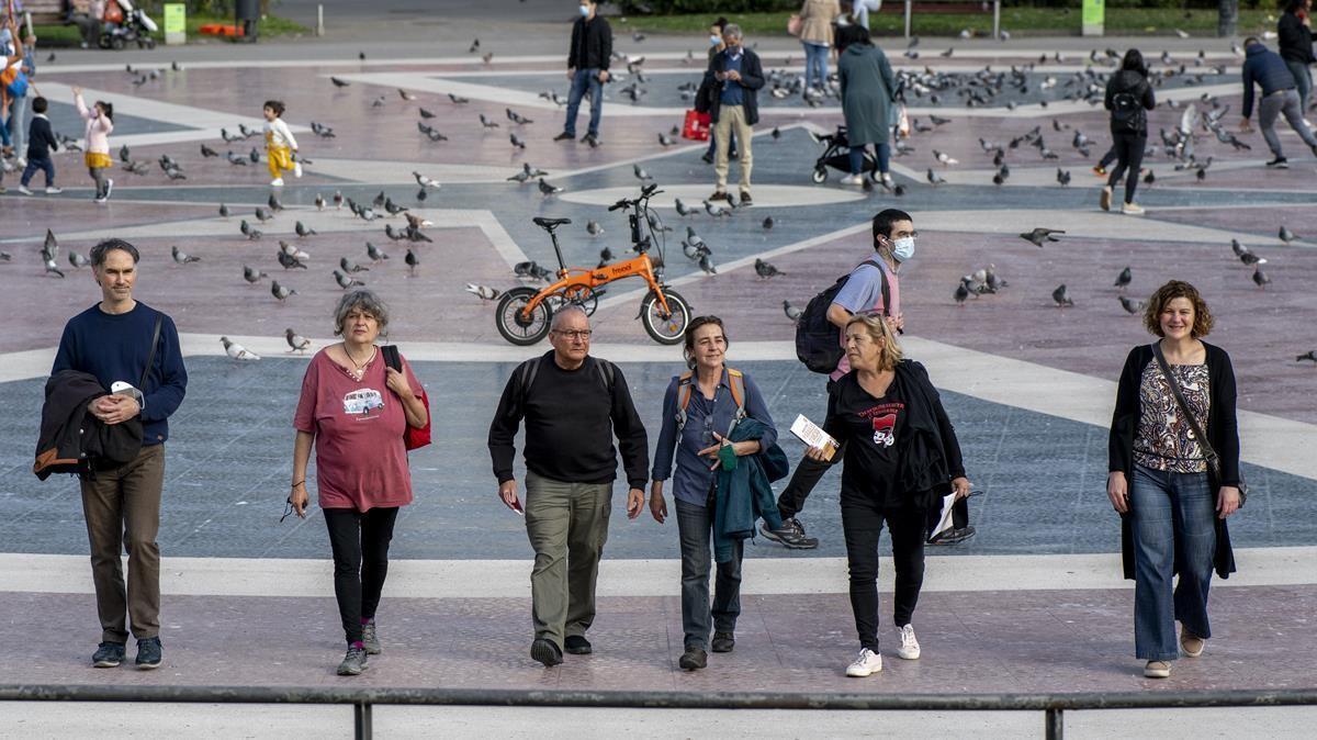 Seis activistas del 15-M regresan a la plaza de Catalunya 10 años después de la acampada.