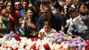 Un grupo de personas participan hoy sábado en la ceremonia que conmemora el 106 aniversario genocidio de armenios en el Memorial de Tsitsernakaberd en Yerevan, la capital de Armenia.
