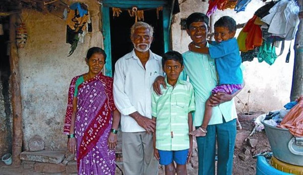 Repercusión familiar 8 Dundappa -el primero por la derecha- estudia Comercio gracias a la asociación.