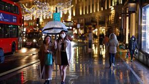 Dos mujeres caminan por Regents Street en el centro de Londres.