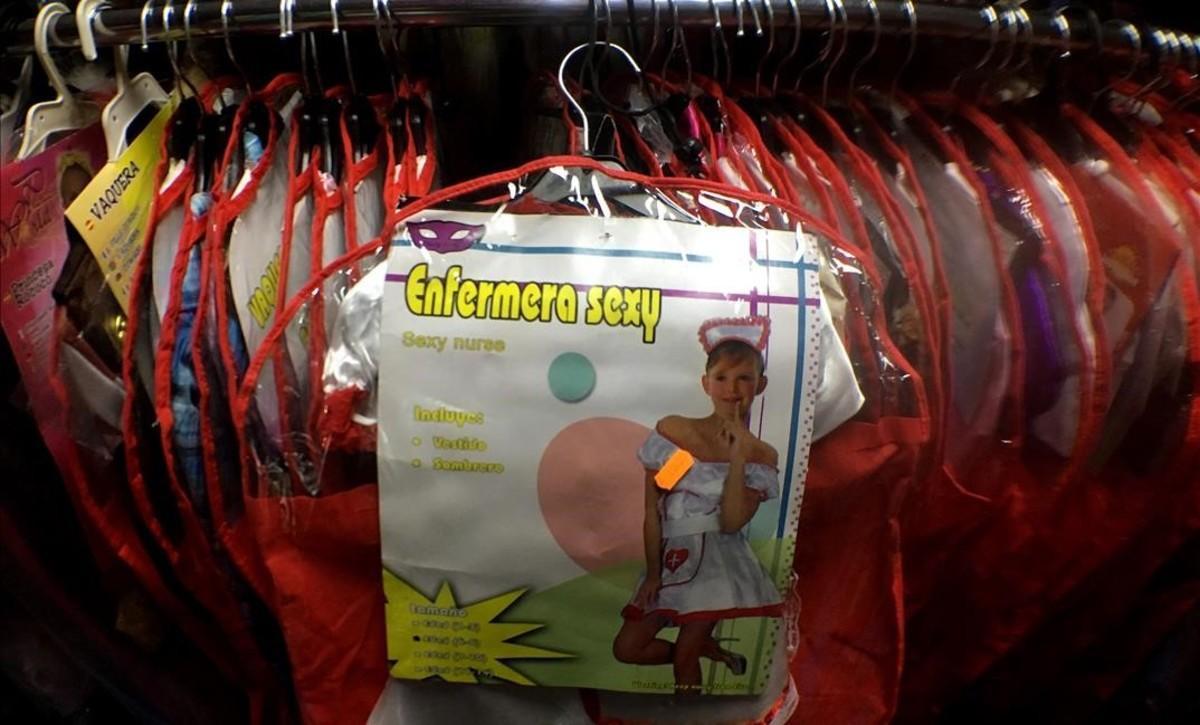 Disfraces sexistas para niños en un bazar de Madrid.