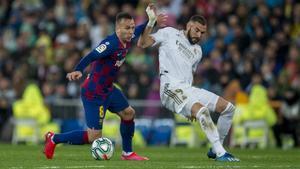 Arthur y Benzema pelean por el balón en el clásico del Bernabéu.