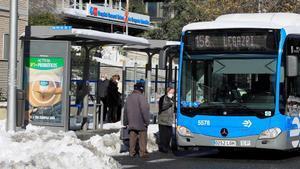 Un autobús de Madrid rodeado de nieve tras el temporal 'Filomena'.