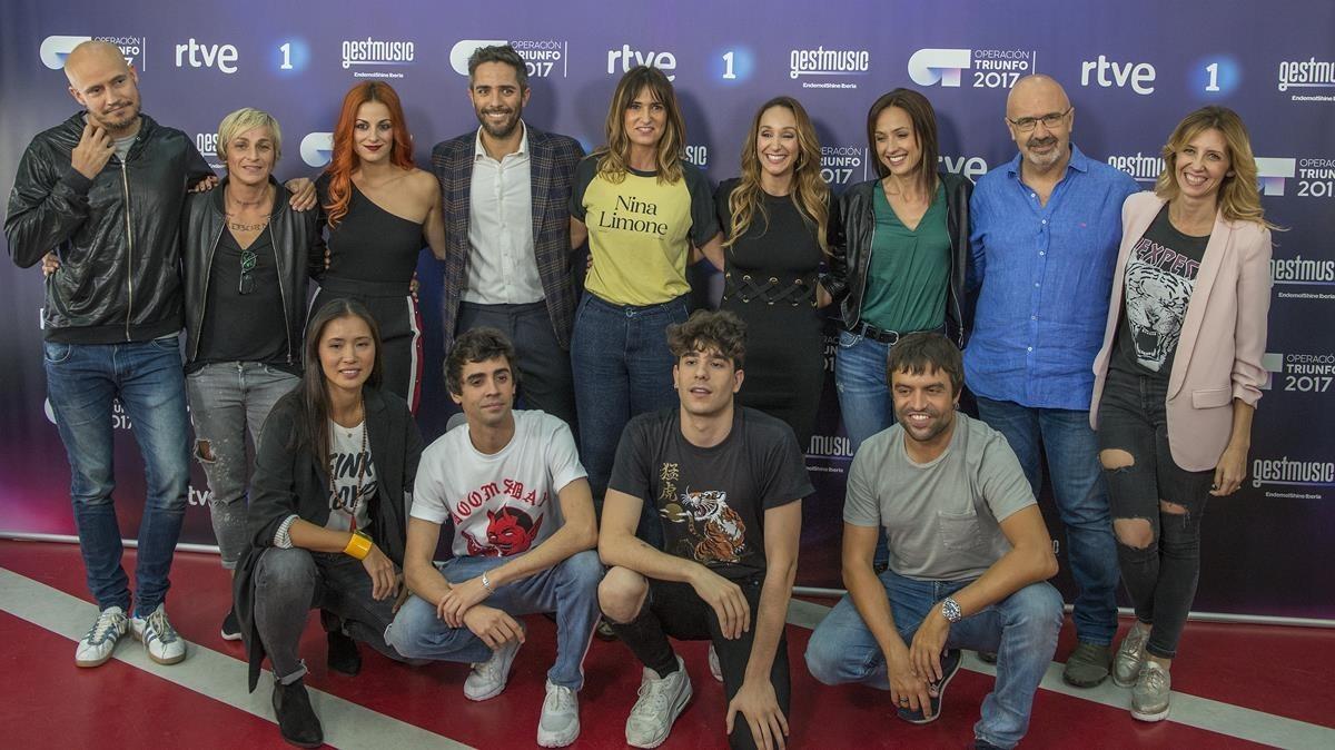 Roberto Leal, presentador de 'OT'(en el centro), junto a Noemí Galera, directora de la Academia, y los profesores.