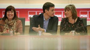 Pedro Sánchez, con Cristina Narbona y Núria Marín, el pasado lunes en la sede del PSOE.