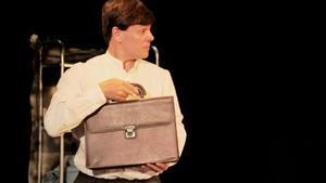 El protagonista es un apocado notario que va a todos lados con su cartera.