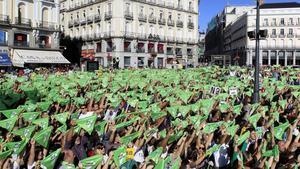 Momento del 'chupinazo animalista' en la Puerta del Sol, antes de la marcha contra los festejos taurinos.