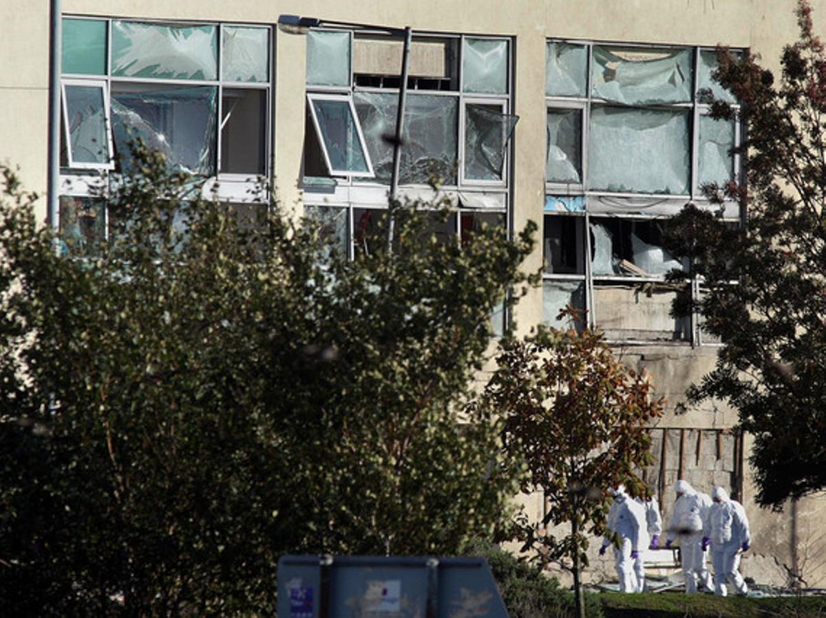 Estado en el que han quedado las instalaciones del Banco del Ulster tras la explosión del coche bomba.