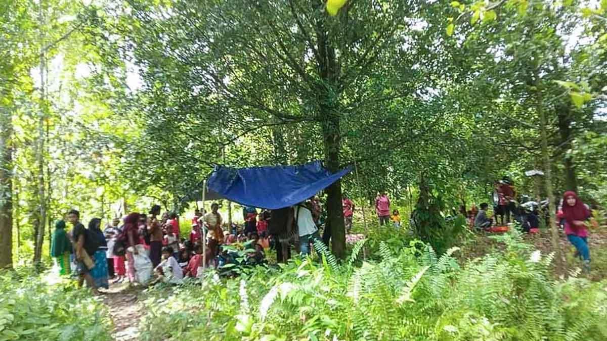 Habitantes de las Molucas trasladan sus casas a puntos más altos de la isla ante el riesgo de tsunami tras un terremoto.