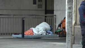 El lugar en el que ha muerto un indigente en la calle de Consell de Cent en Barcelona. En las imágenes se ven aún los enseres del fallecido en la calle.