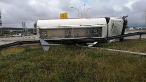 Un camión cisterna vuelca y pierde 10.000 litros de combustible en Altafulla.