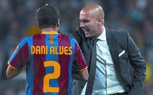 Guardiola da instrucciones a Alves en un partido del Barça en el Camp Nou.