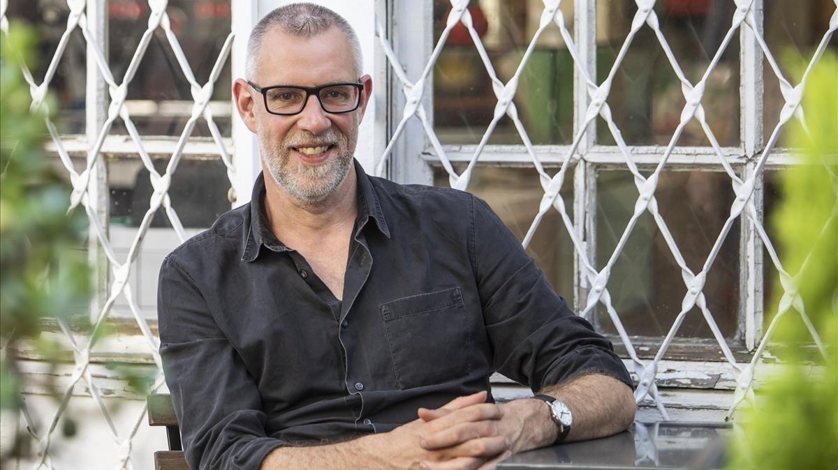El escritor escocés Graeme Macrae, durante su reciente visita a Barcelona, en La Central de la calle Mallorca.