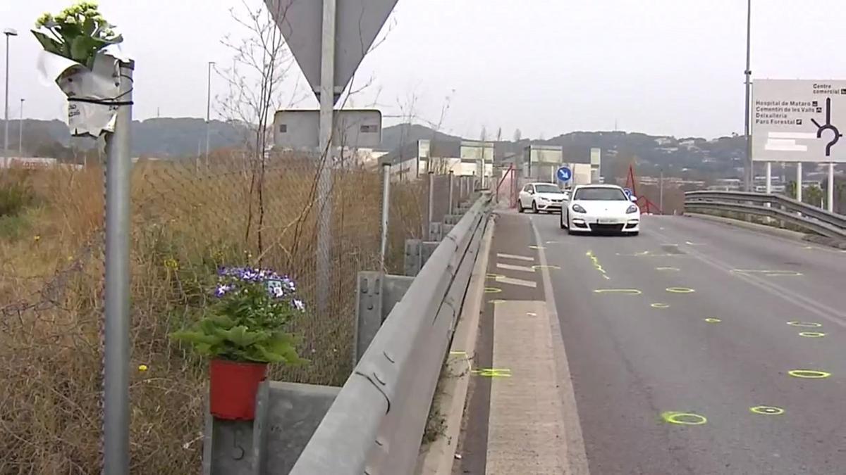 Depositan flores en el lugar del accidente mortal de Àlex Casademunt en Mataró.