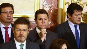 Javier Fernández, a la derecha, junto a miembros del Gobierno y presidentes autonómicos.