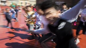 Alumnos de la escuela Griselda corren por el patio del colegio la última semana de curso.