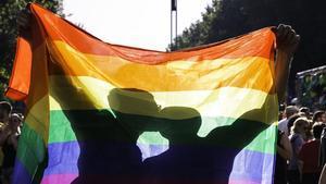 Pareja LGTBI besándose durante la manifestación del Orgullo
