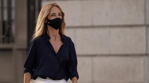 Cayetana Álvarez de Toledo se dispone a atender a la prensa al salir del Congreso de los Diputados, después de ser destituida como portavoz del PP, el pasado 17 de agosto.