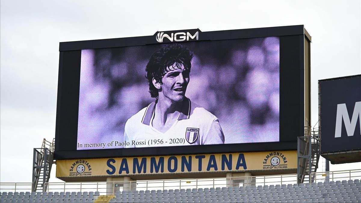 La imagen de Paolo Rossi, este jueves, en el homenaje en el partido de la Europa League, entre la Fiorentina y el Slavia de Praga.