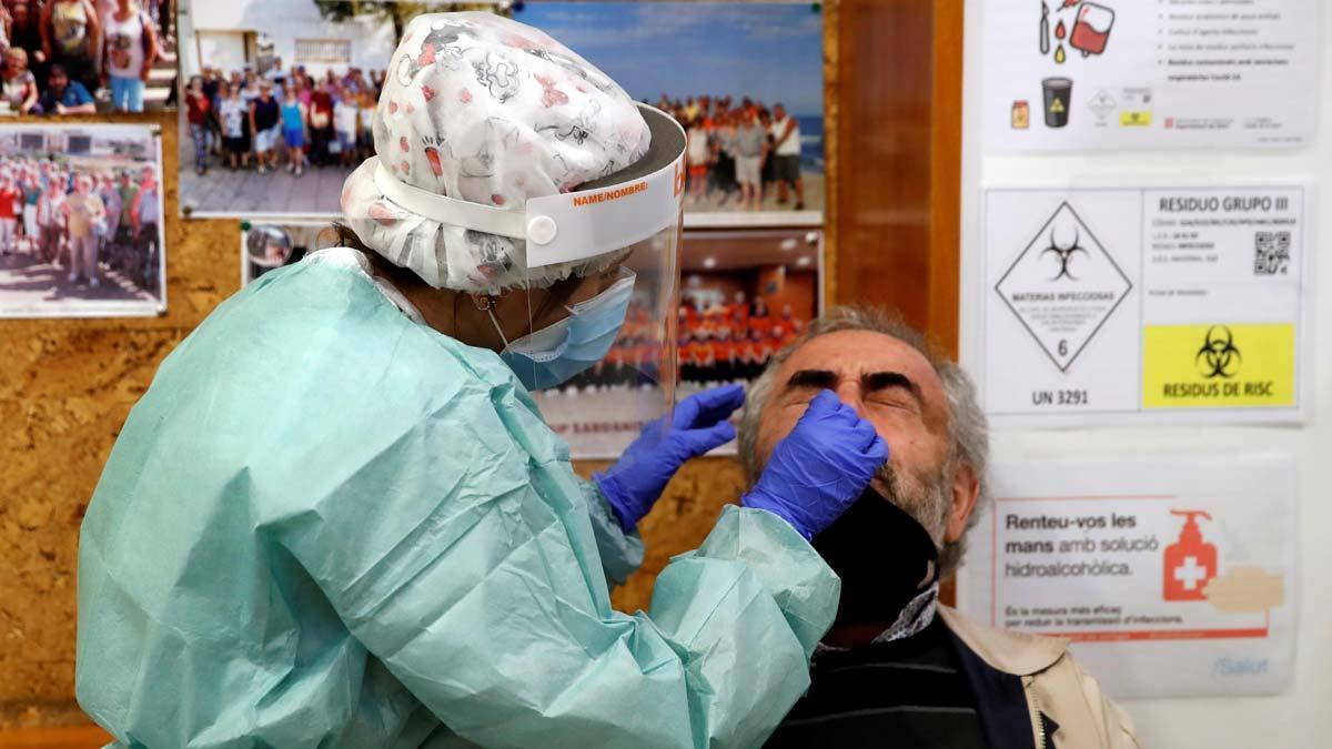 Un sanitario hace un test serológico en el Casal de la Gent Gran Provençana de L'Hospitalet.