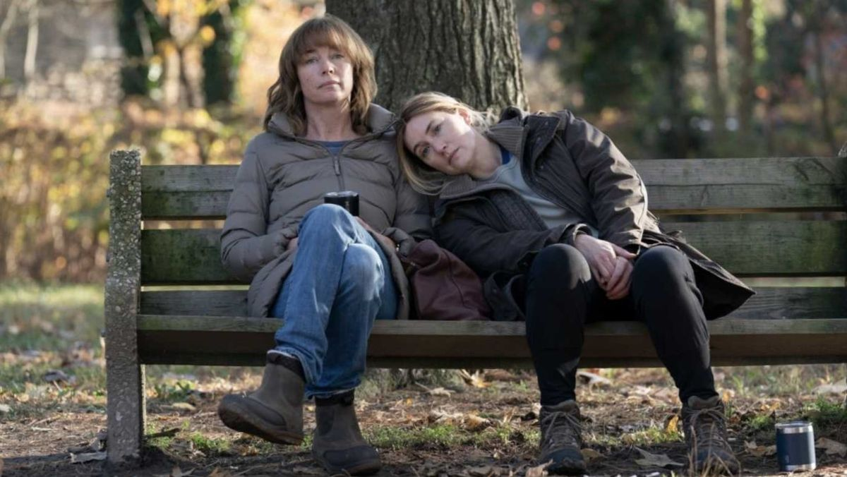 Juilanne Nicholson y Kate Winslet, en una imagen de la serie de HBO 'Mare of Easttown'