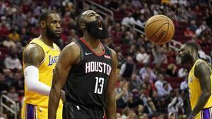 Harden s'exhibeix davant de LeBron James amb un triple doble i 50 punts