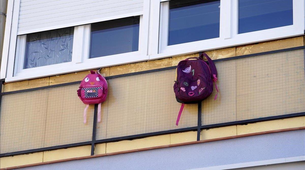 Los padres absentistas han lanzado la campaña 'Cuelga tu mochila' a modo de protesta