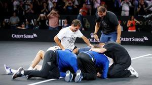 Zverev, felicitado por sus compañeros Federer, Nadal y Tsitsipas en Ginebra.