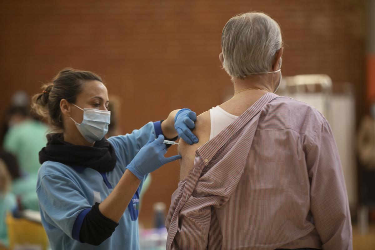 Un hombre recibe la primera dosis de la vacuna contra  el covid-19 en Sevilla, el 6 de abril, día en que Andalucía comenzó la inmunización a la población general de 79 a 70 años.