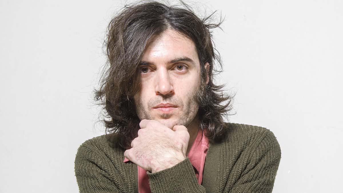 Xarim Aresté interpreta en acústic la cançó 'La flor'.