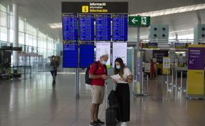 Pasajeros con mascarilla en el aeropuerto de Barcelona.