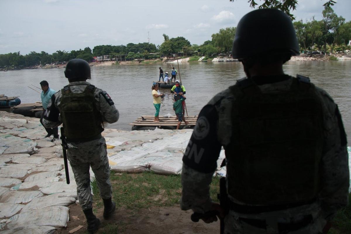 Agentes de la Guardia Nacional durante un operativo en la frontera sur.