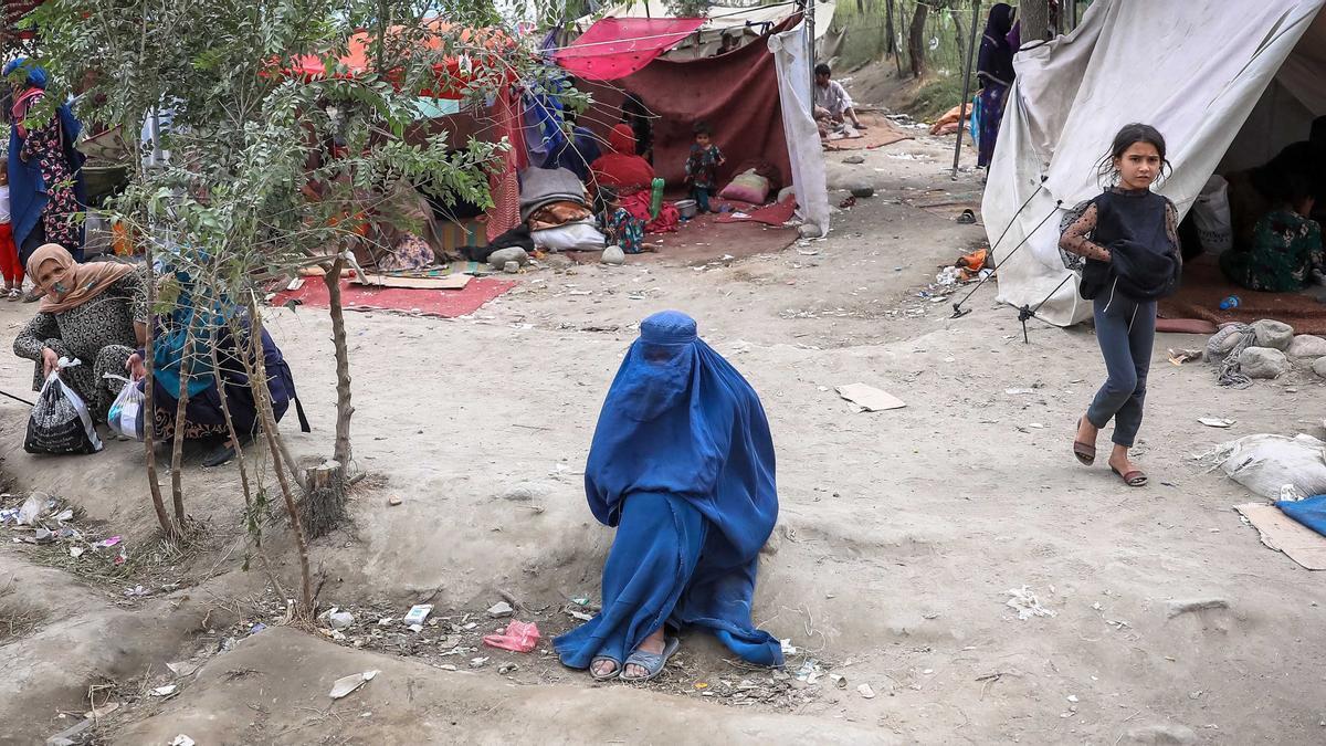 Una mujer con burka en un campo de refugiados en Kabul