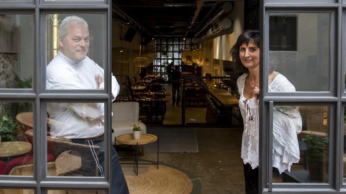 Xavier Pellicer y Mercè Carbonell, desde la puerta de la pequeña terraza del restaurante.