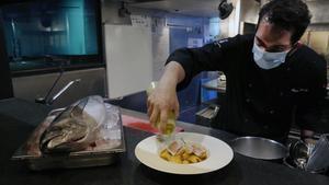 El chef Alain Saez prepara su marmitako de bonito en el restaurante Sagardi.