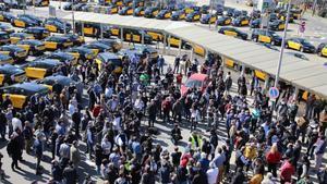 Protesta de taxistas contra Uber en la estación de Sants de Barcelona.