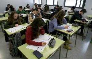 Estudiantes de cuarto de ESO del instituto Secretari Coloma en las pruebas de competencias básicas del 2015.