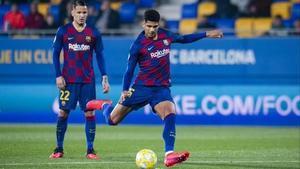 Araujo lanza un penalti con el filial azulgrana ante la mirada de ReyManaj.
