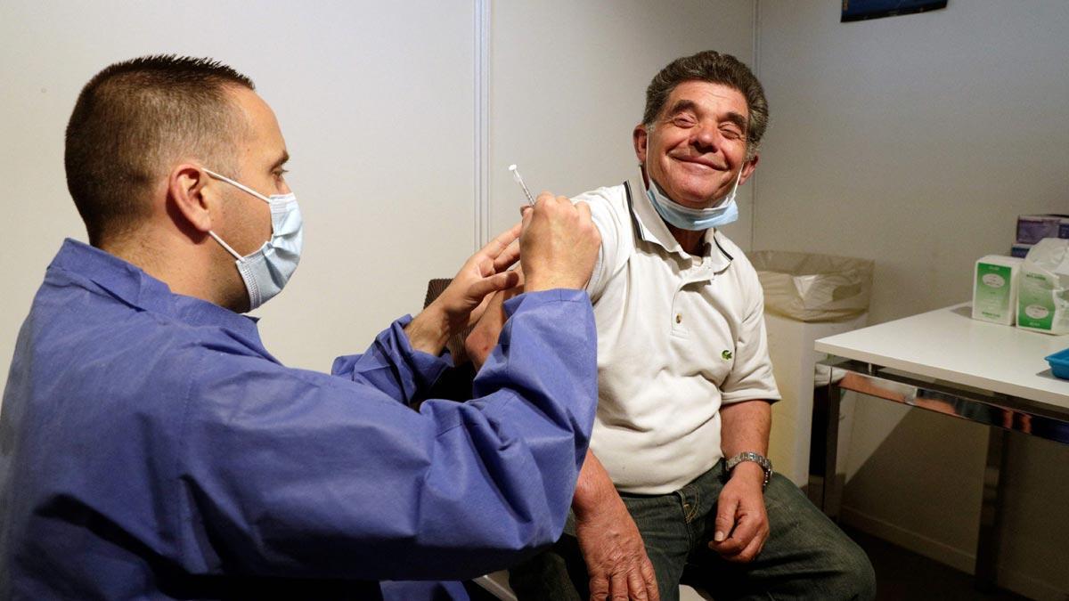França començarà a injectar la tercera vacuna a partir de setembre