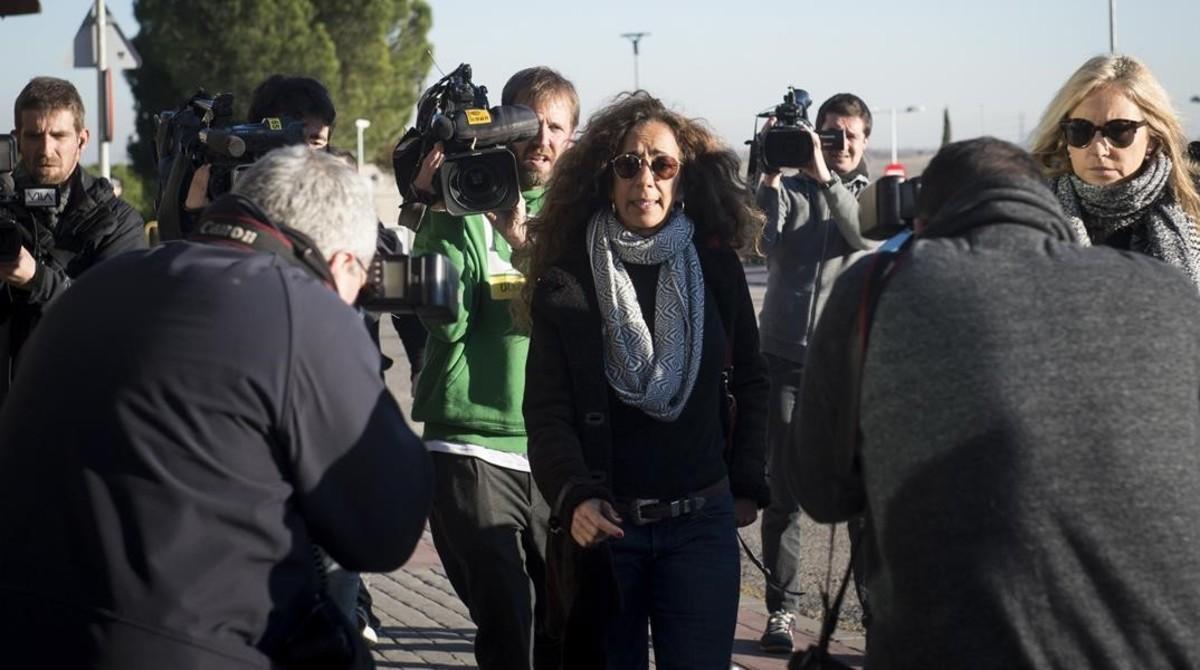 Rosario Flores, a su llegada al tanatorio.