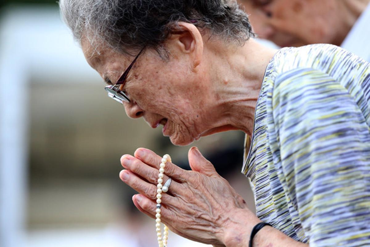 Una mujer llora durante el homenaje a las víctimas de la bomba atómica de Nagasaki.