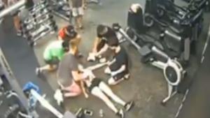 Captura del vídeo de Twitter donde se ve a una chica cae a plomo mientras hacía bicicleta estática en un gimnasio.
