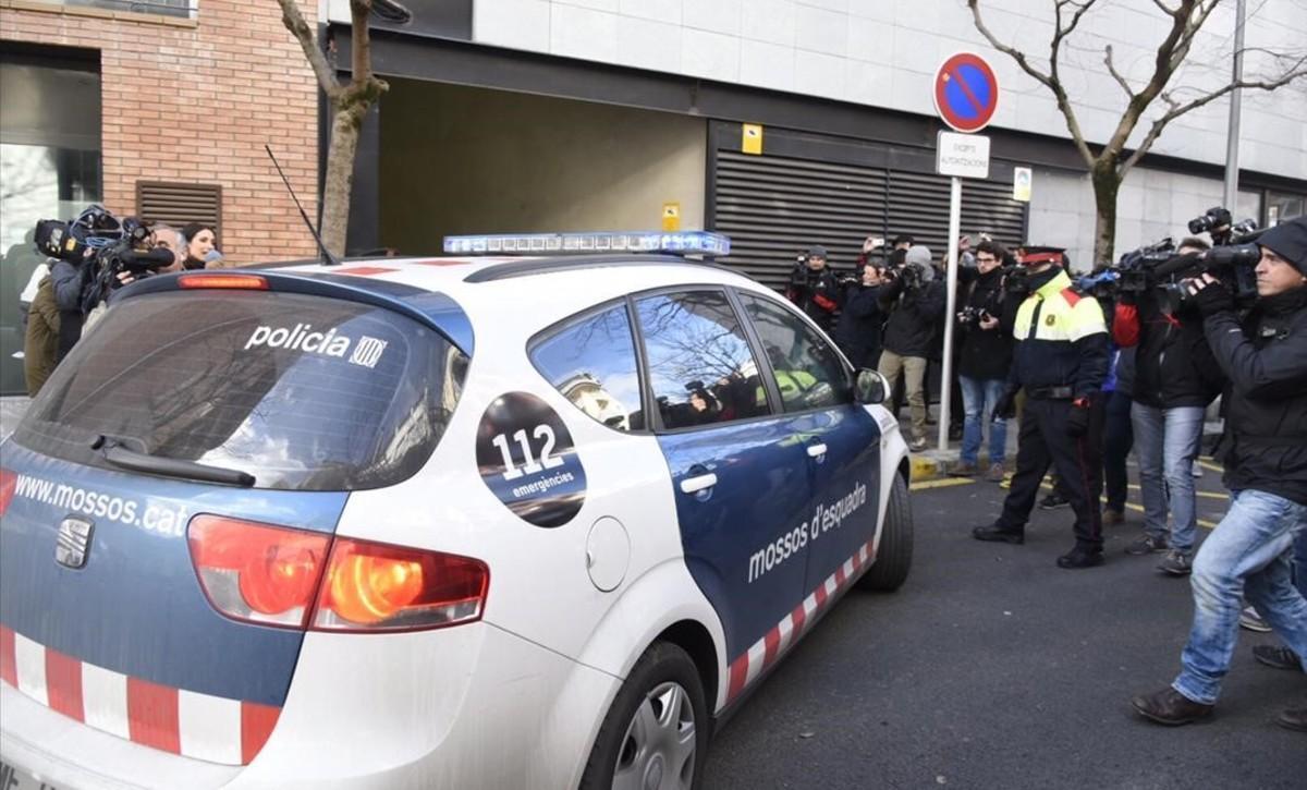 Fernando Blanco, padre de Nadia Nerea, llega a los juzgados de La Seu d'Urgell en un coche de los Mossos.