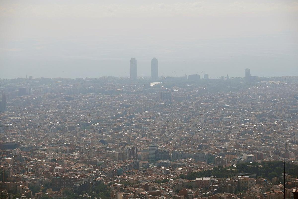 Nube de contaminación sobre la ciudad de Barcelona, 25 julio 2019
