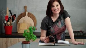 María José Martínez, 'youtuber' de Las recetas de MJ, con su nuevo libro, 'Las mejores recetas de la historia'.